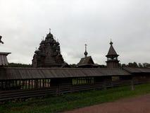 Arquitetura de madeira do russo A herdade Bogoslovka imagens de stock royalty free
