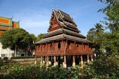 Arquitetura de madeira tailandesa do templo na lagoa de lótus no wat Thung S Foto de Stock Royalty Free