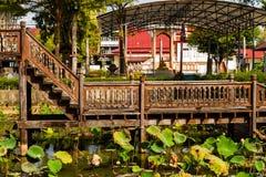Arquitetura de madeira tailandesa Wat Thung Si Muang do templo tailândia Fotos de Stock Royalty Free
