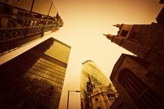 Arquitetura de negócio, arranha-céus em Londres, o Reino Unido. Matiz dourado Fotos de Stock Royalty Free
