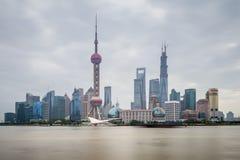 Arquitetura de Shanghai Pudong com os arranha-céus urbanos em nebuloso nós Fotos de Stock Royalty Free