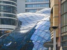 Arquitetura de vidro em Varsóvia imagem de stock