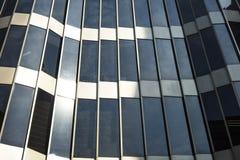 Arquitetura de vidro Fachada moderna do prédio de escritórios em um dia ensolarado Fotos de Stock
