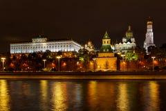 Arquitetura do Kremlin de Moscou com iluminação Paisagem da noite do centro histórico de Moscou imagens de stock royalty free