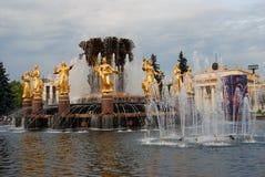 Arquitetura do parque da cidade de VDNKh em Moscou Amizade da fonte dos povos Foto de Stock