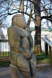 Arquitetura do parque de Kolomenskoye Estátua da pedra da mulher de Polovtsian imagens de stock