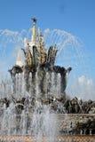 Arquitetura do parque de VDNKH em Moscou Fonte de pedra da flor Foto de Stock Royalty Free