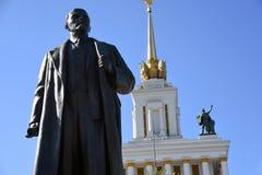 Arquitetura do parque de VDNKH em Moscou Monumento a Vladimir Lenin e ao número principal 0ne do pavilhão fotos de stock