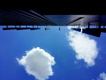 Arquitetura e céu azul imagem de stock