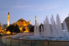 A arquitetura e a fonte de Hagia Sophia Byzantine em Istambul imagens de stock royalty free