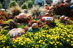 A arquitetura e os turistas não identificados estão no recurso de Everland, cidade de Yongin, Coreia do Sul, o 26 de setembro de  Imagens de Stock