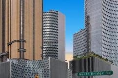Arquitetura e scyscrapers abstratos modernos de Singapura com o céu azul do verão imagens de stock
