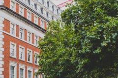 Arquitetura em Mayfair no centro de cidade de Londres foto de stock