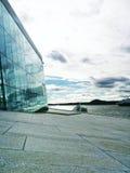 A arquitetura encontra nuvens Fotografia de Stock Royalty Free