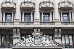 Arquitetura, estilo clássico, construção monumental da fachada situada dentro através de Laietana, Barcelona Imagem de Stock
