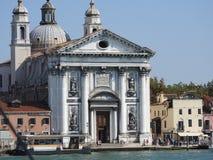 Arquitetura excelente de Veneza, de Itália, das fachadas de pedra e dos elementos do projeto, uma viagem a Europa fotografia de stock