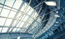 Arquitetura futurista com grandes janelas Foto de Stock Royalty Free