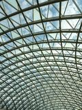 Arquitetura, hemisfério, construção do metal do telhado de vidro do shopping fotografia de stock royalty free