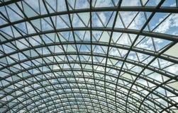 Arquitetura, hemisfério, construção do metal do telhado de vidro do shopping imagens de stock royalty free