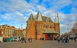 Arquitetura holandesa na rua, construções flamengas tradicionais do vintage famoso da cidade de Amsterdão imagens de stock royalty free