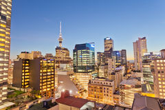 Arquitetura iluminada NZ da cidade de Auckland na noite Imagens de Stock
