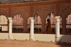 Arquitetura indiana, mulher no sari Jodhpur, Rajasthan, Índia Fotos de Stock Royalty Free