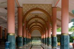 Arquitetura interior vermelha e verde da mesquita da coluna Fotos de Stock Royalty Free
