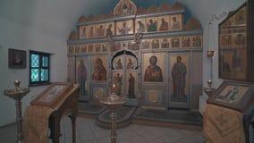 Arquitetura interna bonita de Christian Church ortodoxo A c?mera dispara no movimento do estabilizador vídeos de arquivo