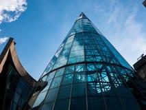 Arquitetura moderna bonita nesta construção de vidro curvada foto de stock