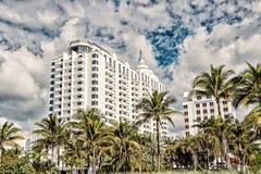Arquitetura moderna Construções altas da elevação com palmeiras verdes fotografia de stock royalty free