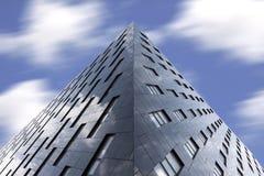 Arquitetura moderna contra o céu nebuloso foto de stock royalty free