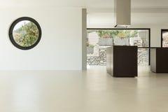 Arquitetura moderna, cozinha larga imagens de stock royalty free