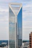 Arquitetura moderna das construções em uma cidade grande Imagem de Stock Royalty Free