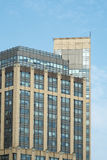 Arquitetura moderna do escritório abaixo dos céus azuis Fotografia de Stock Royalty Free