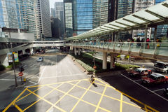 Arquitetura moderna do vidro e do concreto em uma cidade enorme com os carros de Hong Kong Foto de Stock Royalty Free