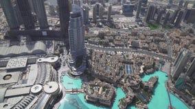 A arquitetura moderna Dubai e Burj do centro Khalifa Lake no pé da construção a mais alta no mundo armazena a metragem vídeos de arquivo