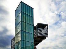 Arquitetura moderna - elevador do vidro verde fotografia de stock royalty free