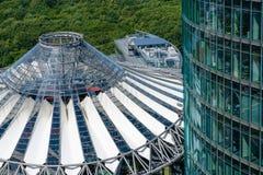 Arquitetura moderna em Potsdamer Platz - telhado de Sony Center imagens de stock royalty free