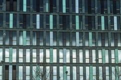 Arquitetura moderna - fundo das janelas do prédio de escritórios imagem de stock