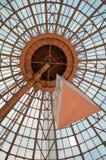 Arquitetura moderna: interior da abóbada de vidro do centro de compra Foto de Stock Royalty Free