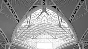 Arquitetura moderna: projeto de aço curvy da estrutura de telhado imagens de stock royalty free
