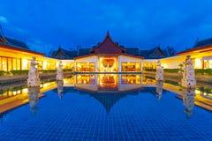 Arquitetura oriental do recurso na noite Fotos de Stock Royalty Free