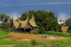 Arquitetura paisagística da casa de Minangkabau no padang foto de stock