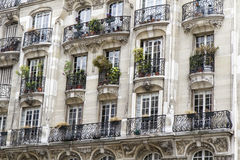Arquitetura parisiense típica com balcão Fotos de Stock