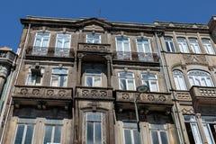 Arquitetura portuguesa antiga típica: Grey Facade com Windows velho - Portugal Imagem de Stock Royalty Free