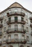 Arquitetura portuguesa típica: Fachada de Azulejos da telha com Windows antigo e o balcão - Portugal Foto de Stock Royalty Free