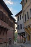 Arquitetura típica, casas medievais históricas, opinião velha da rua da cidade com construções coloridas em Plovdiv, Bulgária imagens de stock royalty free