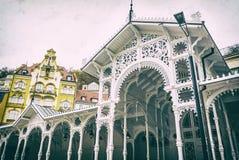 A arquitetura típica em Karlovy varia, filtro checo, análogo foto de stock