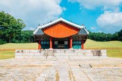 Arquitetura tradicional coreana dos túmulos reais de Yungneung e de Geolleung em Coreia foto de stock