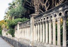 Arquitetura tradicional de Catania, colunas barrocos - fragmento da cerca histórica de Giardino Bellini, jardim público famoso foto de stock